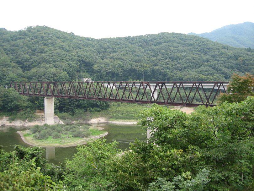 1280px-Yunishigawa-onsen-station-northbridge